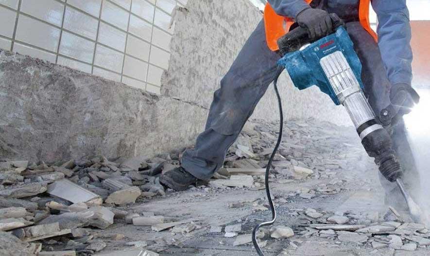 casser une dalle en béton avec marteau piquer