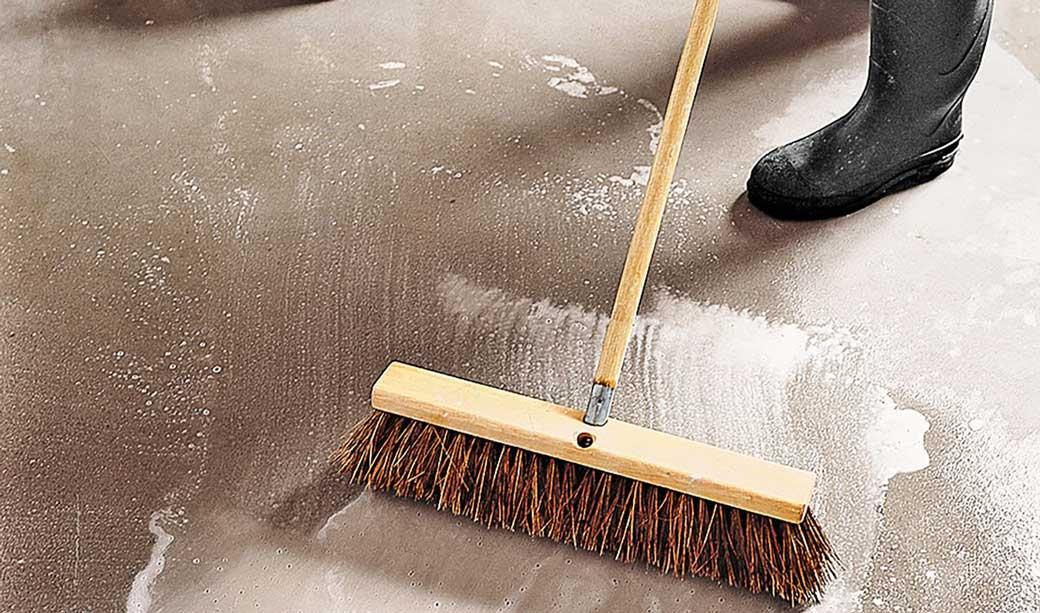 Comment bien nettoyer le sol en béton d'une garage?