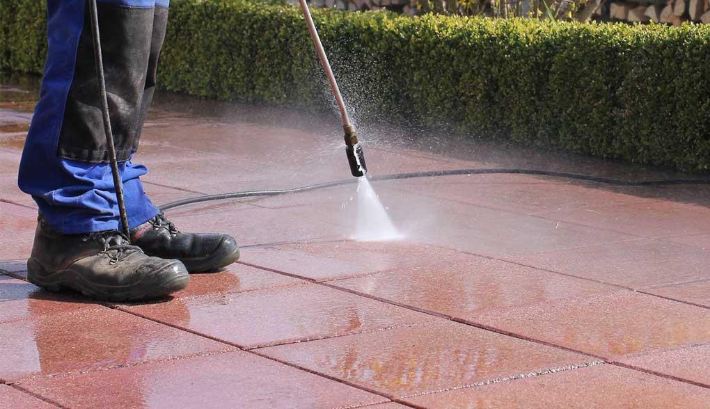 Nettoyer une terrasse en carrelage avec Karcher